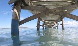 Oude houten pijler in Alcudia-strand in het Spaanse Eiland Mallorca wijd royalty-vrije stock afbeelding