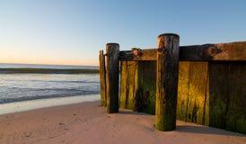 Oude houten pijler op strand Royalty-vrije Stock Afbeeldingen