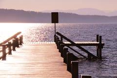 Oude houten pijler op zonsondergang Royalty-vrije Stock Fotografie