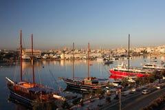 Oude houten piraatschepen in de haven Sliema stock foto's