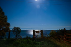 Oude houten poort bij nacht, het Meer van Baikal Stock Fotografie