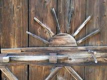 Oude houten poort met oud slot royalty-vrije stock foto's