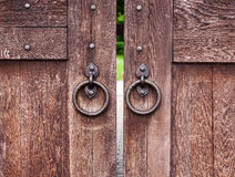 Oude houten poort met ringen Stock Foto's
