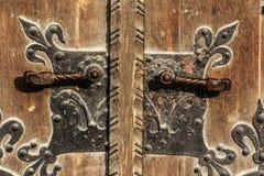 Oude houten poort van van het het kasteelgebied van Boedapest het metaalhandvat royalty-vrije stock foto's