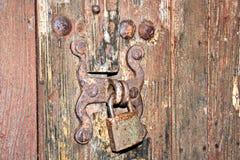 Oude houten poorten en deuren in het kasteel met elementen van sloten, handvatten en bevestigingsmiddelenclose-up royalty-vrije stock afbeeldingen