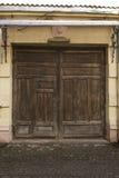 Oude houten poorten op een schuur Stock Fotografie