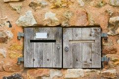 Oude houten postbox stock foto