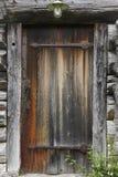 Oude houten roestige cabinedeur met antiquiteit locke royalty-vrije stock afbeeldingen