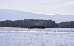 Oude houten schipwrakken op het strand door het overzees royalty-vrije stock foto