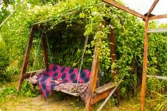 Oude houten schommeling in de groene tuin Royalty-vrije Stock Fotografie