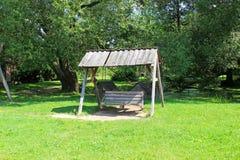 Oude houten schommeling in het park Stock Afbeelding