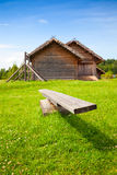 Oude houten schommelingstribunes op heldergroen gras Stock Fotografie