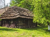 Oude houten schuur dichtbij de stad stock foto's