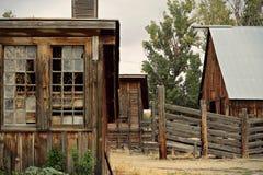 Oude houten schuur en loodsen op een landbouwbedrijf royalty-vrije stock afbeelding