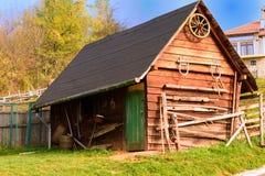 Oude houten schuur met groene deur Stock Fotografie