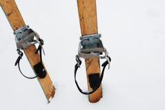 Oude houten skis in de sneeuw Stock Afbeelding