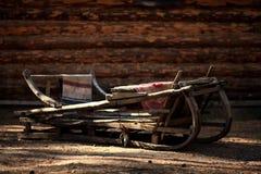 Oude houten slee in viliagehuis Stock Foto