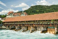 Oude houten sluisdeuren op Aare-rivier in Thun stock fotografie