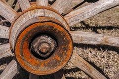 Oude houten spoked wagenwiel Stock Afbeeldingen