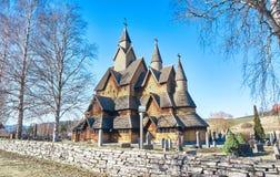 Oude, houten staafkerk in Noorwegen stock afbeeldingen