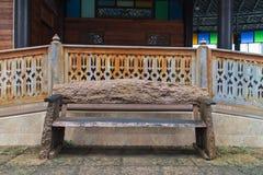 Oude houten stoel met retro huis Royalty-vrije Stock Foto's