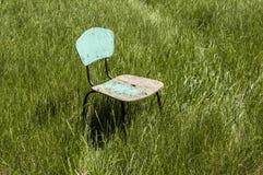 Oude houten stoel op het gras Royalty-vrije Stock Fotografie