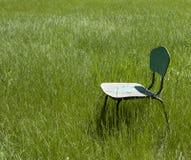 Oude houten stoel op het gras Royalty-vrije Stock Foto