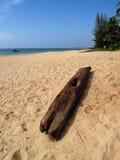Oude houten straal op het strand Stock Foto's