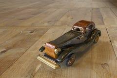 Oude houten stuk speelgoed auto op achtergrondhout Royalty-vrije Stock Foto's