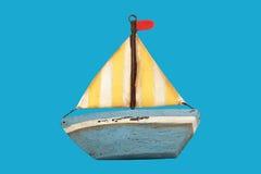 Oude houten stuk speelgoed boot stock foto
