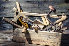 Oude houten timmerliedendoos met hulpmiddelen Royalty-vrije Stock Afbeeldingen