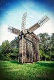 Oude houten traditionele Oekraïense windmolen Stock Afbeeldingen