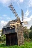 Oude houten traditionele Oekraïense windmolen Royalty-vrije Stock Afbeeldingen
