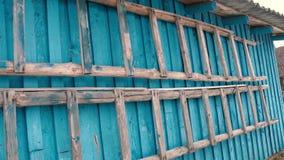 Oude houten trap op de achtergrond van de muur van de schuur stock footage