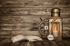 Oude houten uitstekende achtergrond met boek, lantaarn en zeevaartde royalty-vrije stock afbeeldingen