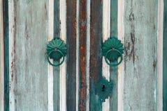 Oude houten uitstekende deur, het handvatdecoratie van de metaaldeur antiek e Royalty-vrije Stock Afbeelding
