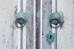 Oude houten uitstekende deur, het handvatdecoratie van de metaaldeur antiek e Stock Foto