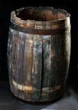 Oude houten vaten op een donkere achtergrond Stock Foto