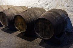 Oude houten vaten voor wijn Stock Afbeeldingen