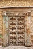 Oude houten Venetiaanse decoratieve deur stock fotografie