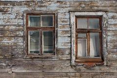 Oude houten vensterclose-up bij een huis in Riga, Letland royalty-vrije stock fotografie