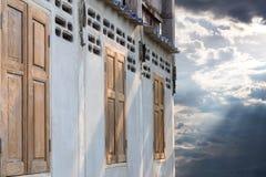 Oude houten vensters in concrete muren met zonlicht Royalty-vrije Stock Afbeelding