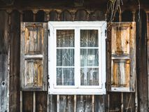 Oude houten vensters in een landelijke hut stock afbeelding