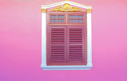 Oude houten vensters op roze Stock Afbeelding
