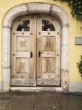 Oude houten verkeerde deur Stock Foto's
