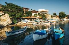 Oude houten vissersboot in haven van oude stad op de kust van de Zwarte Zee van Bulgarije Royalty-vrije Stock Foto's
