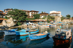 Oude houten vissersboot in haven van oude stad op de kust van de Zwarte Zee van Bulgarije Royalty-vrije Stock Afbeeldingen