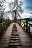 Oude Houten Voetgangersbrug royalty-vrije stock afbeeldingen