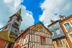 Oude houten voorgevels en kerk in Honfleur Normandië, Frankrijk Stock Afbeelding