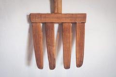 Oude houten vork/antieke hooivork stock foto